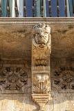 Italien, Sizilien, Provinz Scicli Ragusa, das barocke Fava Palace Fassaden18. jahrhundert UNESCO, Statue unter einem Balkon stockbilder