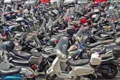 Italien, sparkcykel- och mopedparkering Arkivbild
