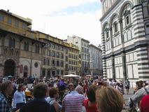 14 06 2017 Italien, Toscana, Florence: folkmassor av turister på Piaz Arkivfoton