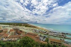 Italien, Toskana, Castiglione-della Pescaia, Maremma Toskana, Panoramablick der Küste, des Strandes und des Meeres, vom Schloss stockbild
