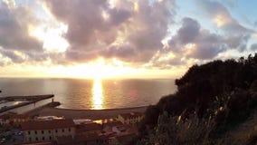 Italien, Toskana, Grosseto, Castiglione-della Pescaia, Sonnenuntergangfilm auf dem Meer und auf dem Hafen, genommen vom Schloss u stock video footage