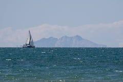 Italien Toskana Maremma, auf dem Strand Mund von Ombrone, Ansicht der Insel von Montecristo, Segelschiff f?hrend stockfotos