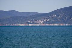 Italien Toskana Maremma, auf dem Strand in Richtung zu Bocca di Ombrone, Ansicht der Küstenlinie, im Hintergrund Castiglione-dell lizenzfreie stockbilder