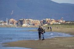 Italien Toskana Maremma, auf dem Strand in Richtung zu Bocca di Ombrone, Ansicht der K?stenlinie, im Hintergrund Marina di Grosse stockfotografie