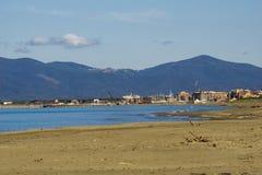 Italien Toskana Maremma, auf dem Strand in Richtung zu Bocca di Ombrone, Ansicht der K?stenlinie, im Hintergrund Marina di Grosse lizenzfreie stockbilder