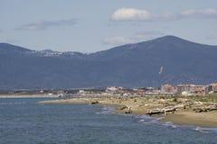 Italien Toskana Maremma, auf dem Strand in Richtung zu Bocca di Ombrone, Ansicht der K?stenlinie, im Hintergrund Marina di Grosse lizenzfreie stockfotografie