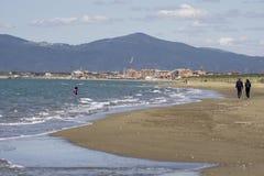 Italien Toskana Maremma, auf dem Strand in Richtung zu Bocca di Ombrone, Ansicht der K?stenlinie, im Hintergrund Marina di Grosse lizenzfreie stockfotos