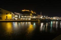 Italien-, Toskana-Maremma Castiglione della Pescaia, Feuerwerke über dem Meer, panoramische Nachtansicht des Hafens und das Schlo lizenzfreies stockbild