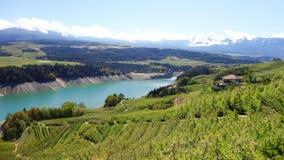 Italien Trentino: Santa Giustina sjö royaltyfri foto