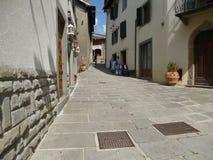 Italien Tuscany, Cutigliano på Juli, 8th, 2018 central gata av staden Arkivbilder