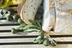 Italien Tuscany, Magliano, upp av bröd, oliv och olivolja på skärbräda, höjde sikt Royaltyfri Bild