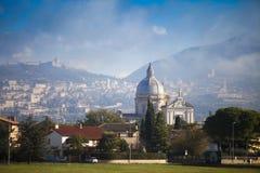 Italien, Umbria, Assisi och kupol av kyrkan Royaltyfri Bild