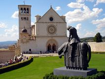 Italien Umbria, Augusti 28 2008, besök till staden av Assisi, sikt av basilikan av San Francesco arkivfoton
