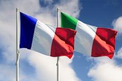 Italien-und Frankreich-volle Markierungsfahnen stockfotografie