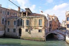 Italien Venedig Das alte Haus und die Brücke über dem Kanal Lizenzfreies Stockbild