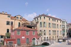 Italien Venedig Das alte Haus und die Brücke über dem Kanal Lizenzfreies Stockfoto