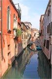 Italien Venedig Das alte Haus und die Brücke über dem Kanal Lizenzfreie Stockfotos