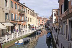 Italien Venedig Das alte Haus und die Brücke über dem Kanal Lizenzfreie Stockfotografie
