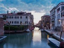 Italien Venedig - den mindre kanalen med mindre trafik men är härlig i alla fall arkivfoto