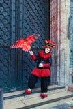 Italien; Venedig 24 02 2017 En man i en karnevaldräkt med en de Arkivbilder