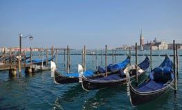Italien Venedig, gondoler som förtöjas längs den Riva deglien Schiavoni royaltyfri bild