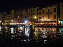 Italien Venedig - Grand Canal på natten är full av ljus och färg arkivfoto