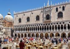 ITALIEN VENEDIG - JULI 2012: Den globala finanskriets, ingen turist kopplar av på ett gatakafé på den St Mark fyrkanten på Juli 16 Fotografering för Bildbyråer