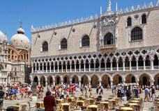 ITALIEN, VENEDIG - JULI 2012: Globale Finanzkrise, kein Tourist entspannt sich an einem Straßencafé an St- Markquadrat am 16. Juli Stockbild