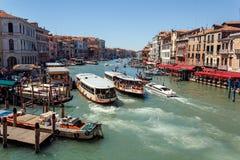 ITALIEN VENEDIG - JULI 2012 - mycket trafik på Grand Canal på Juli 16, 2012 i Venedig. Mer än 20 miljon turister som komms till Royaltyfri Bild