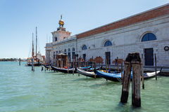 ITALIEN, VENEDIG - JULI 2012: Schwimmen am Canal Grande am 16. Juli 2012 in Venedig. Der Kanal bildet die bedeutenden Wasserverkeh Lizenzfreie Stockbilder