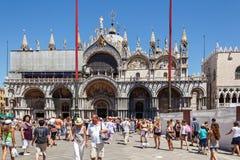 ITALIEN VENEDIG - JULI 2012: St Marco Square med folkmassan av turisten på Juli 16, 2012 i Venedig. St Marco Square är det störst  arkivfoton