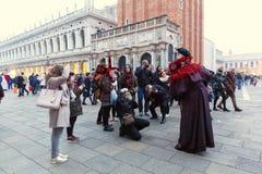 Italien; Venedig 24 02 2017 Många personer tar bilder av en man in Arkivbilder