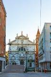 Italien; Venedig, 02/25/2017 Venedig-Straße mit einer Brücke und dem C Lizenzfreie Stockfotografie