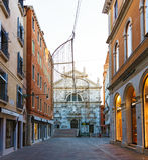 Italien; Venedig, 02/25/2017 Venedig-Straße mit einer Brücke und dem C Lizenzfreie Stockfotos