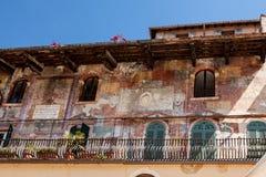 Italien Verona, gammal byggnad med en balkong och forntida frescoes Fotografering för Bildbyråer
