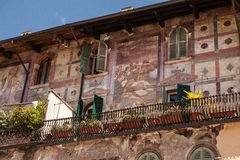 Italien Verona, gammal byggnad med en balkong och forntida frescoes Arkivfoton