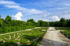 Italienare arbeta i trädgården på reggiaen di colorno - Parma - Italien arkivbilder