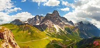 Italienare Dolomiti - panoramautsikt av höga berg fotografering för bildbyråer