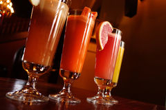 Italienare eller kines - orientaliska drinkar royaltyfri foto