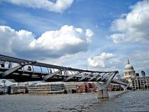 Italienare för ` s för den London milleniumbron och St Peter kyrktar arkivfoton