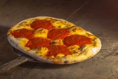 Italienare Focaccia med tomatsås och olivolja på skyffeln i en stenpanna arkivfoto