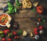 Italienare grillade tomat- och vitlöksoppa med bröd, basilika, parmesan Royaltyfri Fotografi