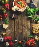 Italienare grillade tomat- och vitlöksoppa med bröd, basilika, parmesan Royaltyfri Bild