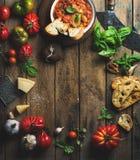 Italienare grillade tomat- och vitlöksoppa med bröd, basilika, parmesan Royaltyfria Foton