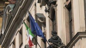 Italienare och europeisk flagga, Prague stock video
