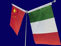 Italienare och kines sjunker med en blå bakgrund royaltyfri foto