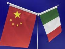 Italienare och kines sjunker med en blå bakgrund royaltyfria foton
