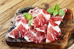 Italienare skivad kurerad coppa med kryddor rå skinka Crudo eller jamon arkivfoto