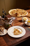Italienare skivad pizza arkivbild
