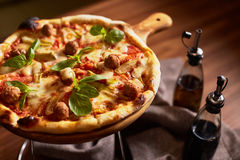 Italienare skivad pizza med köttbullar Royaltyfri Foto